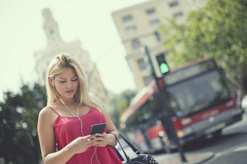 Per i distratti da cellulare, la Germania propone dei semafori sui marciapiedi