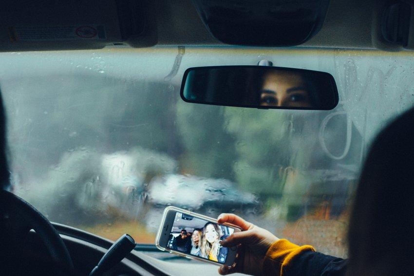 Via la patente per chi usa il cellulare alla guida